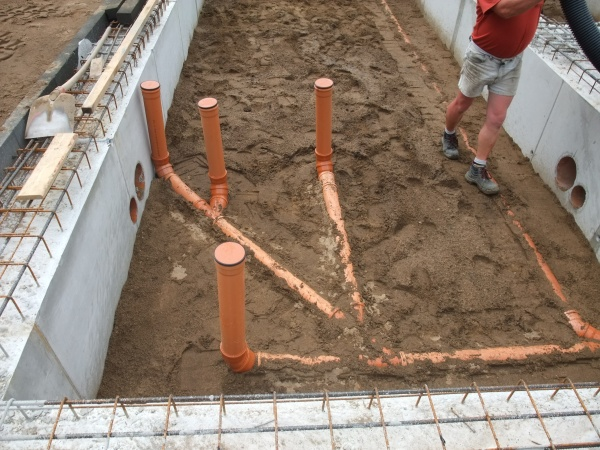 Прокладка канализационных труб на этапе строительства фото