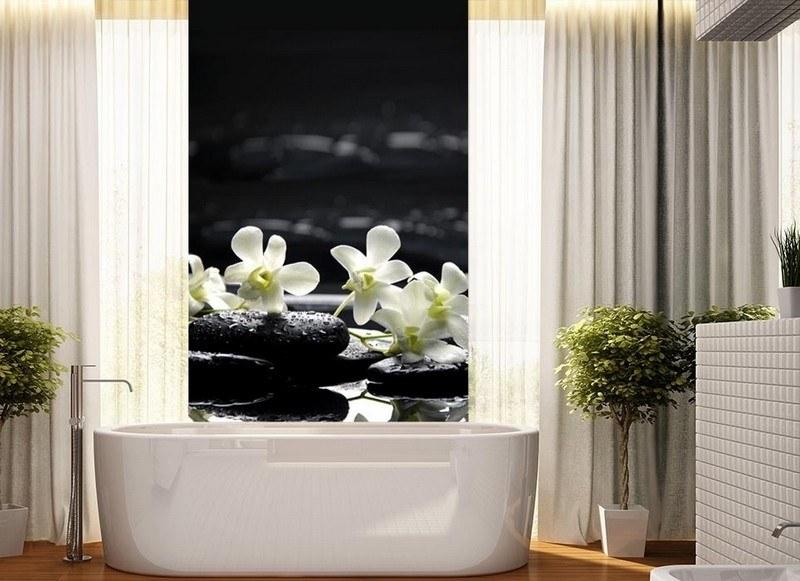 Современный дизайн ванной комнаты белая керамическая плитка фотобои цветы в интерьере фото