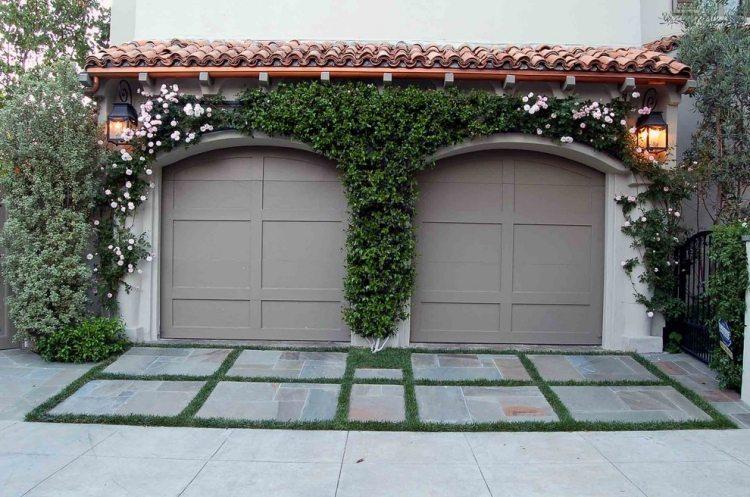 Вьющиеся розы - украшение для гаражных ворот