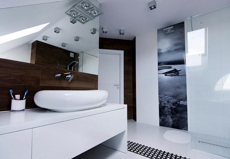 черно-белые фотообои в белом интерьере ванной комнаты мансарда современный стиль пейзаж