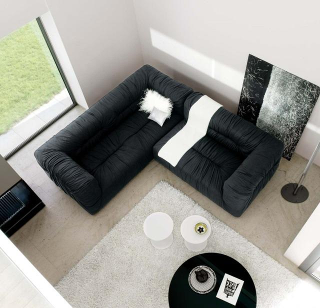 черный угловой диван в маленькой комнате фото