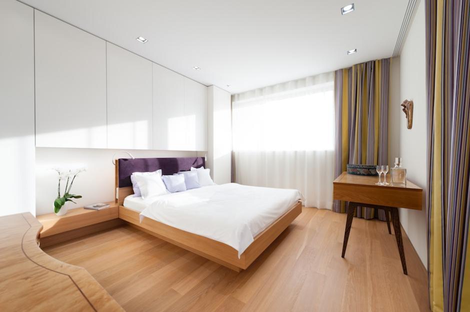 дерево в интерьере современной спальни фото