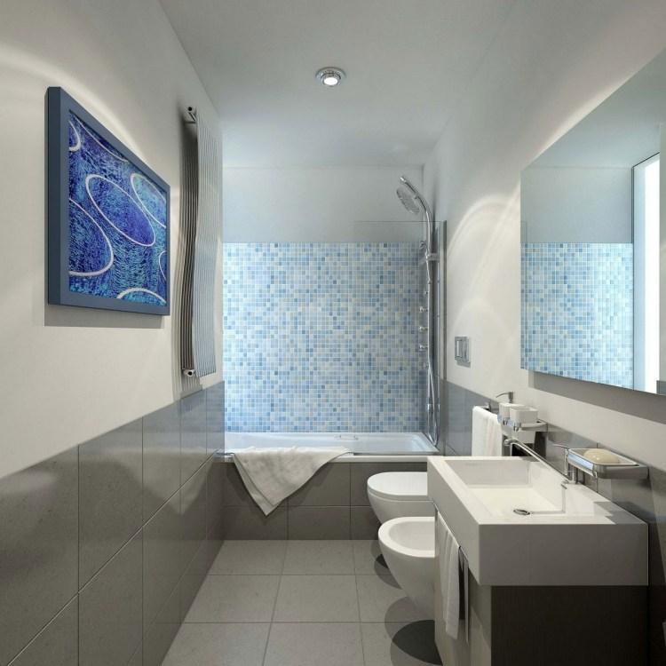 дизайн ванной большая серая плитка голубая мозаика белые стены