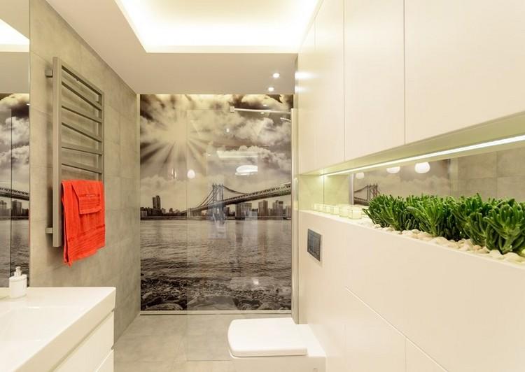 идея интерьера маленькой ванной комнаты белые фасады серая плитка фотобои город мост