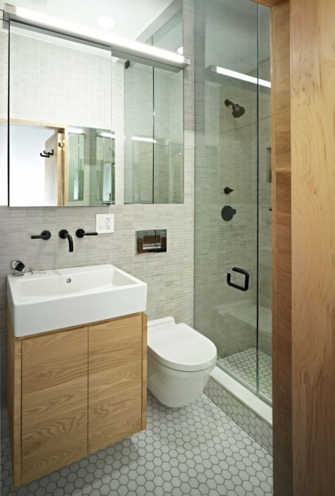 маленькая ванная комната в хрущевке серая плитка для ванной дерево стекло зеркало серные смесители