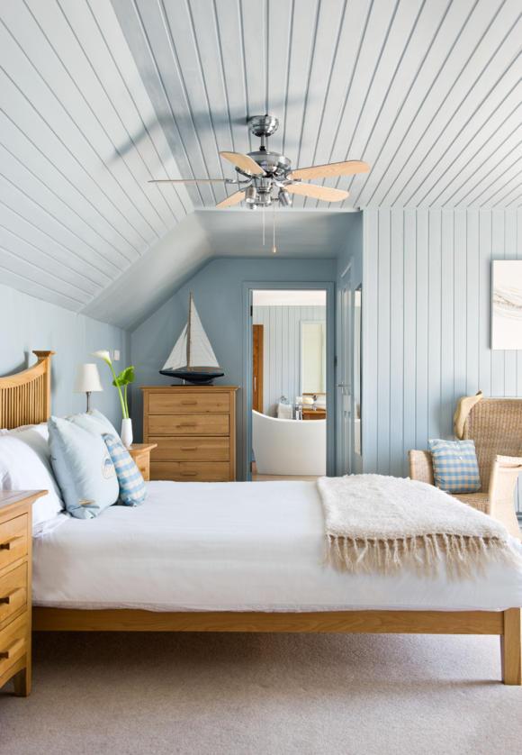 мебель для спальни из дерева кровать тумба комод голубые стены вагонка фото