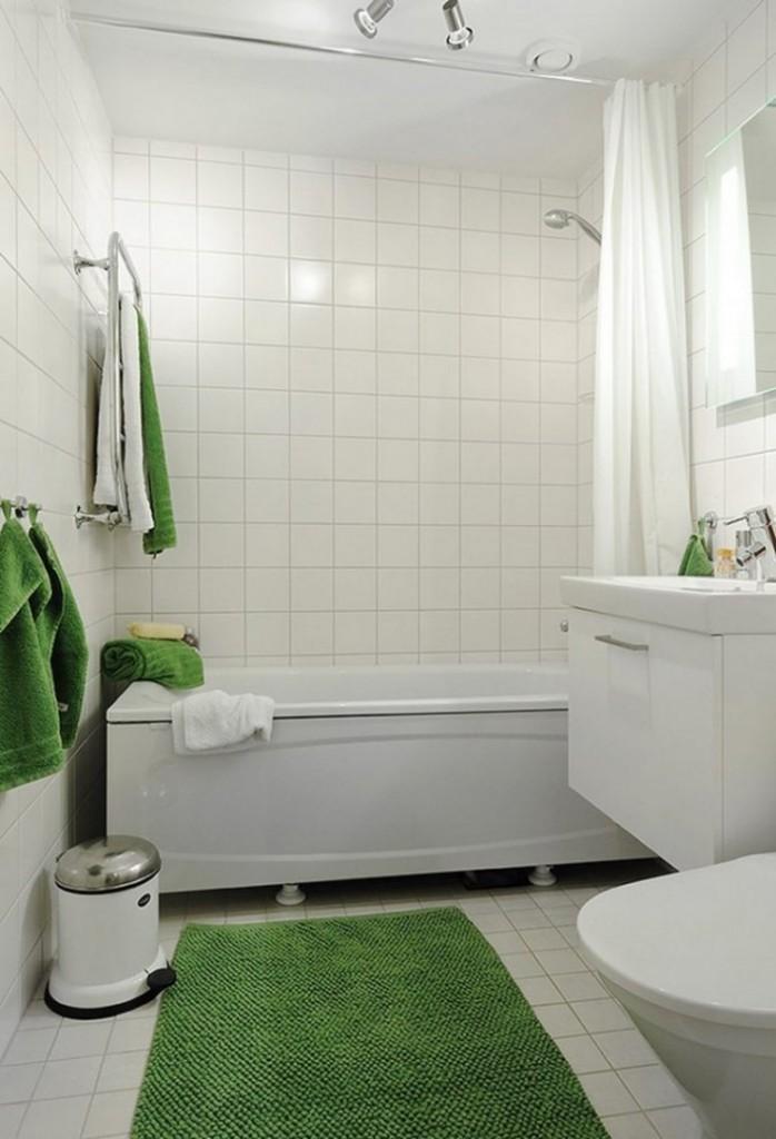 простой интерьер белой ванной с цветным текстилем