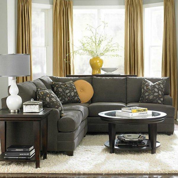 серый угловой диван в маленькой комнате фото