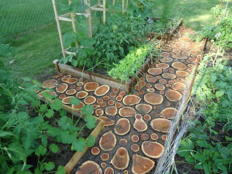 вариант дизайна садовой дорожки своими руками деревянные спилы с большими расстояниями фото