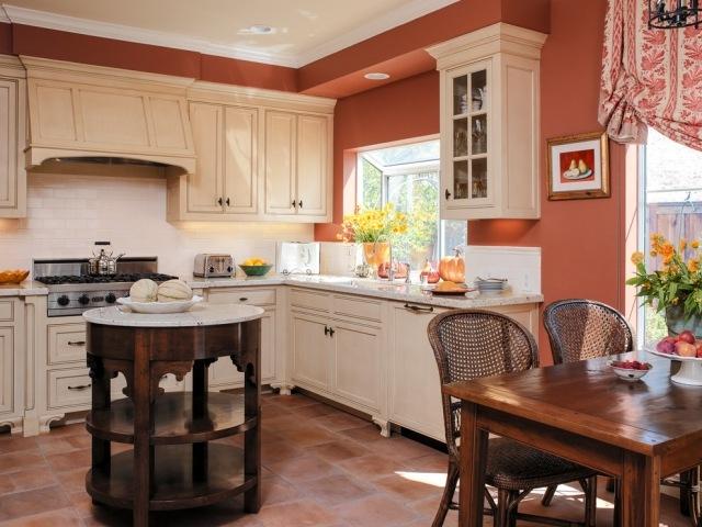 белая кухня прованс фото оранжевые стены