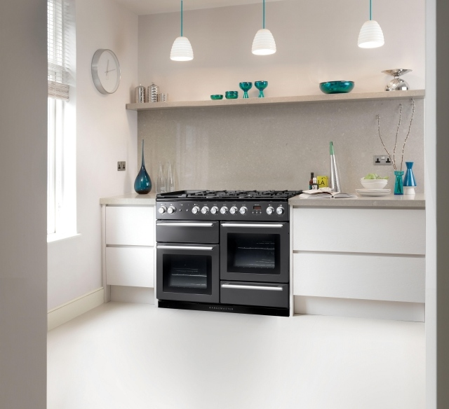 белая кухня серый фартук реальное фото голубые аксессуары