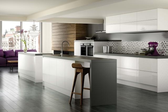 большая белая кухня фото черная столешница кухонный островок