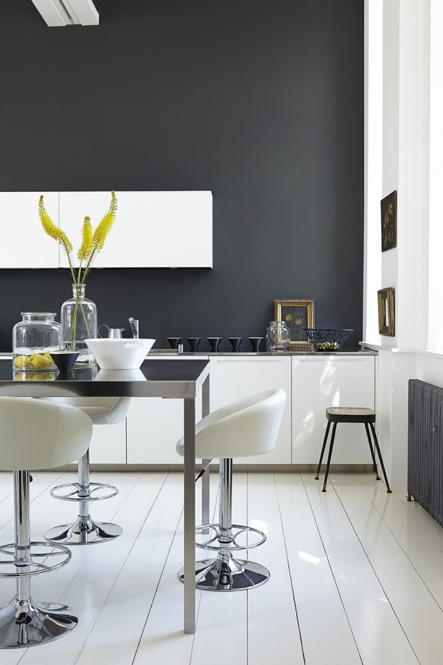 большая белая кухня фото темная стена