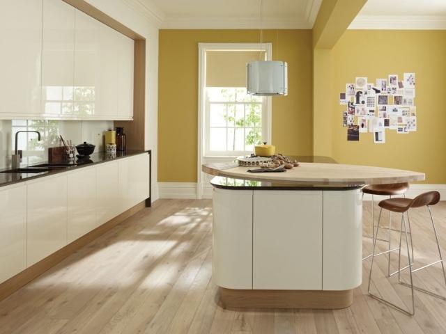 большая бело-бежевая кухня фото