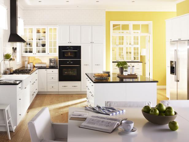 большая бело-желтая кухня фото темная столешница