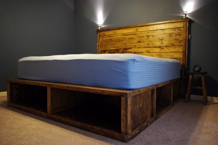 деревянная кровать с ящиками внизу фото идеи для маленькой спальни