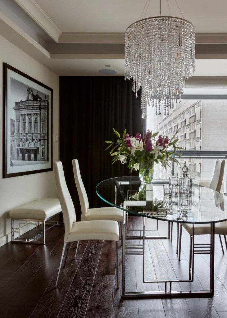 интерьер столовой в классическом стиле фото хрустальная люстра стеклянный обеденный стол кожаные стулья