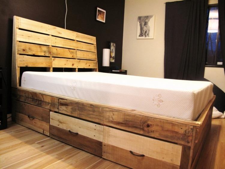 кровать с выдвижными ящиками своими руками фото идеи для маленькой спальни