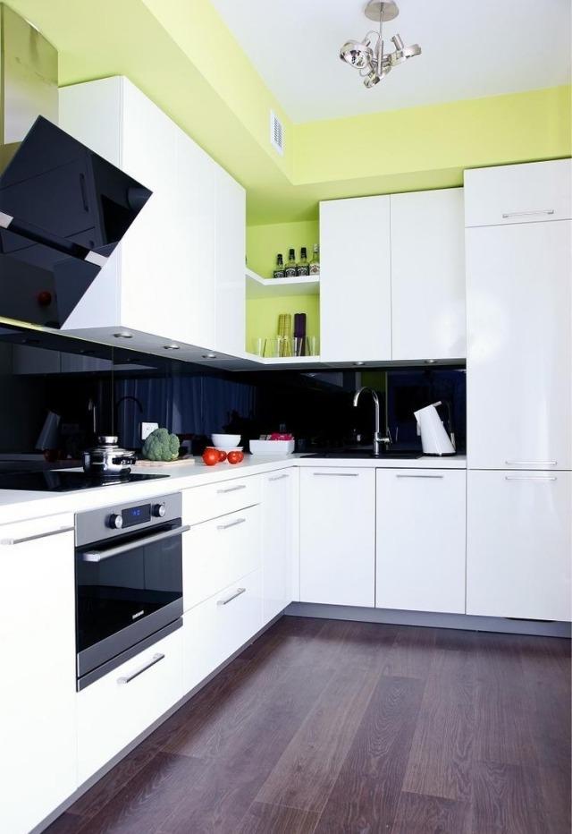 маленькая белая кухня черный фартук реальное фото салатовые стены