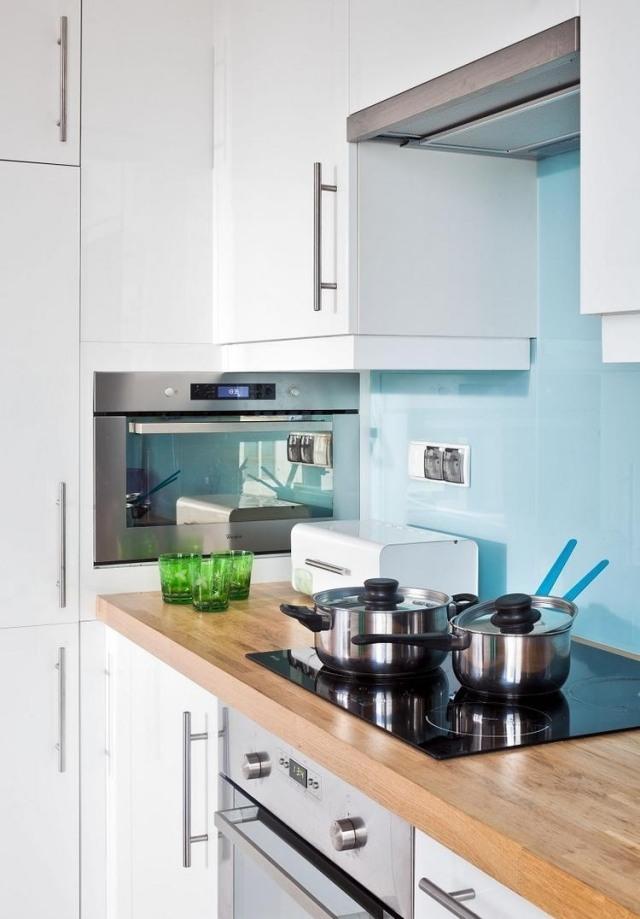 маленькая белая кухня фото голубой фартук деревянная столешница