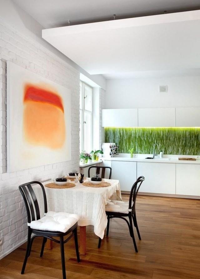 маленькая белая кухня фото квартира-студия стеклянный зеленый фартук