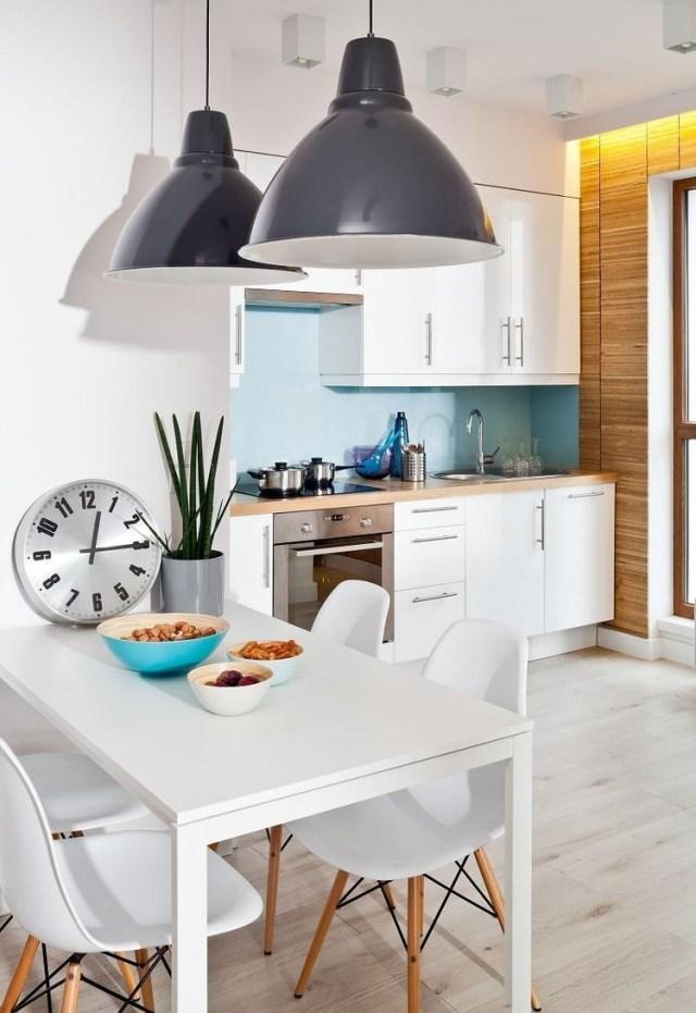 маленькая белая кухня фото реальное студия деревянная столешница