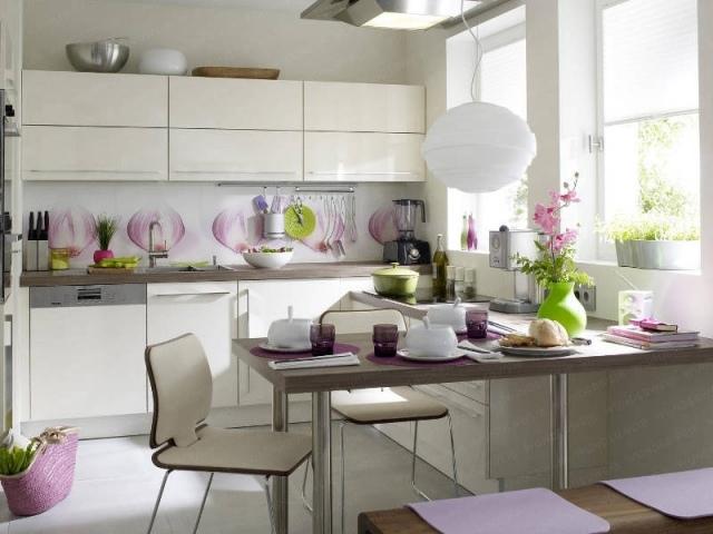маленькая белая кухня с рисунком на фартуке фото реальное квартира студия