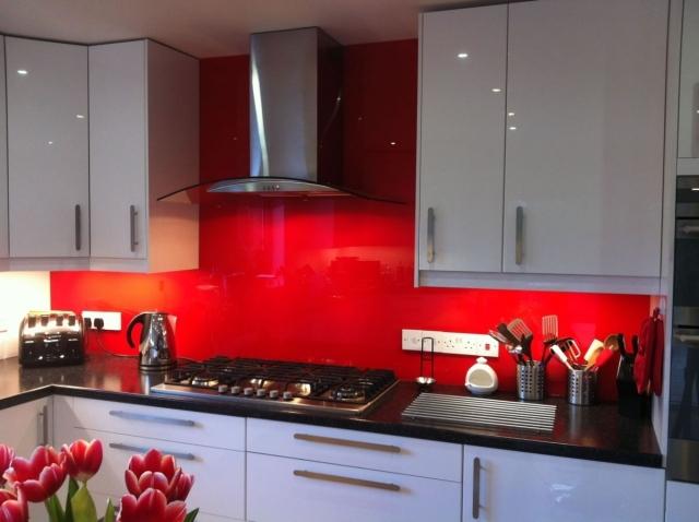 маленькая глянцевая белая кухня реальное фото черная столешница красный фартук