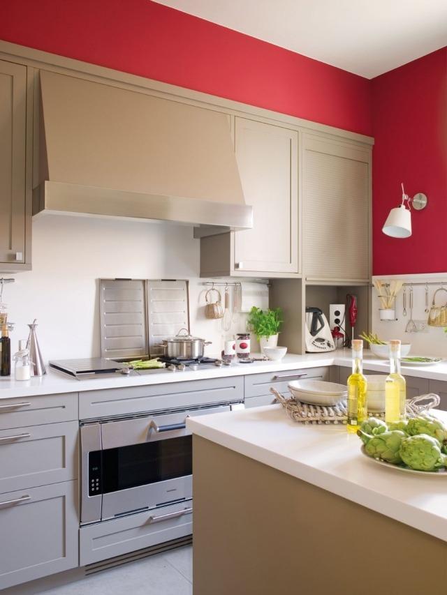 матовая белая кухня с красной стеной фото