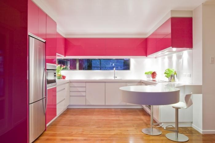 белые барные стулья фото пластиковые на красной кухне