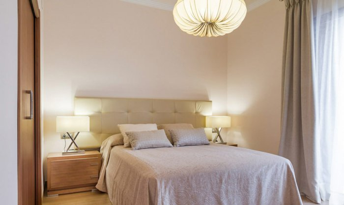 освещение люстра в интерьере спальни фото
