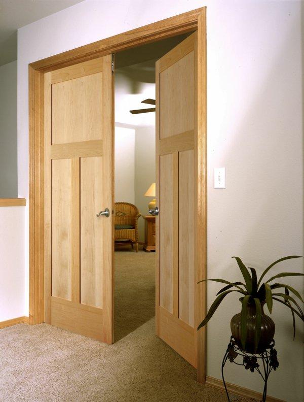 распашная межкомнатная дверь светлая фото дерево массив