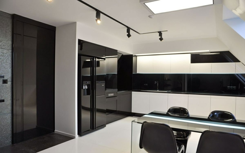 дизайн черно белой кухни фото интерьер мансарда