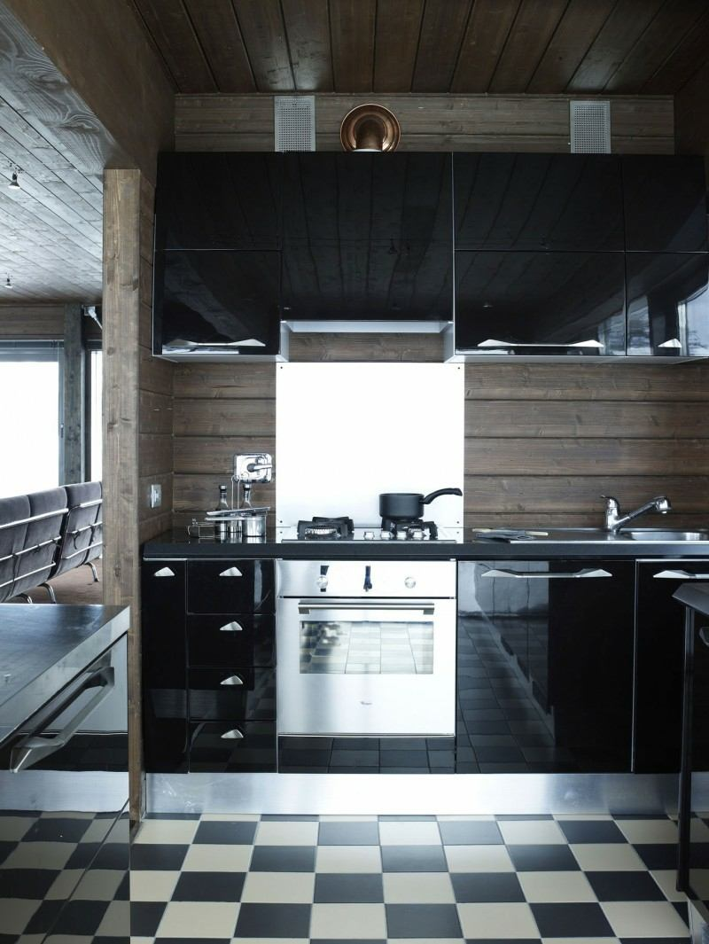 дизайн черной глянцевой кухни фото интерьер черно-белая плитка деревянный фартук