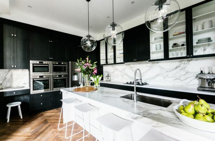 дизайн черной кухни фото интерьер белая мраморная столешница стена паркетный по