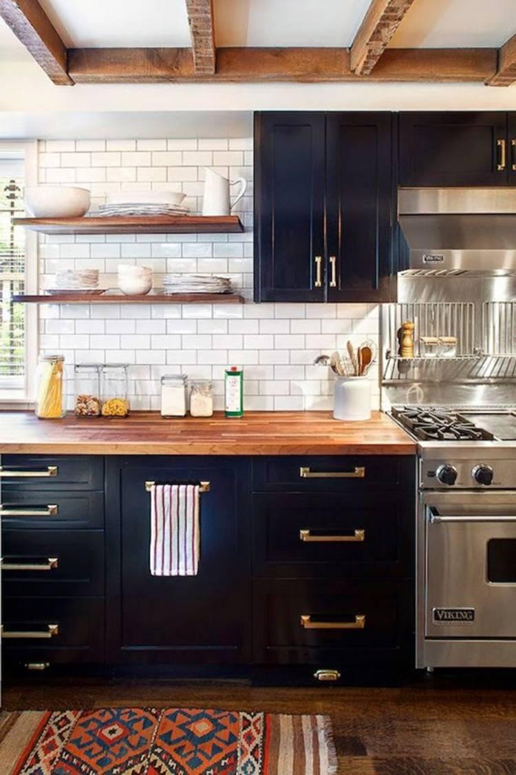 дизайн черной кухни фото интерьер деревянная столешница кафельная плитка