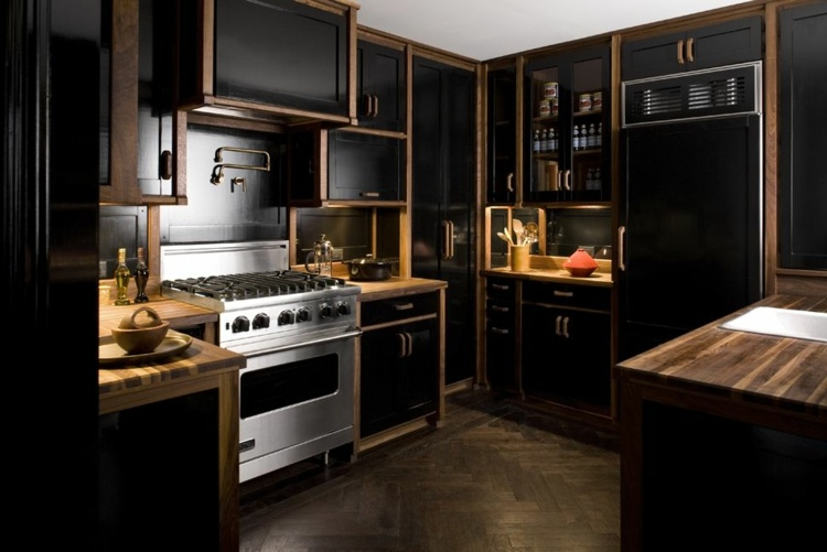дизайн черной кухни фото интерьер деревянная столешница паркетный пол