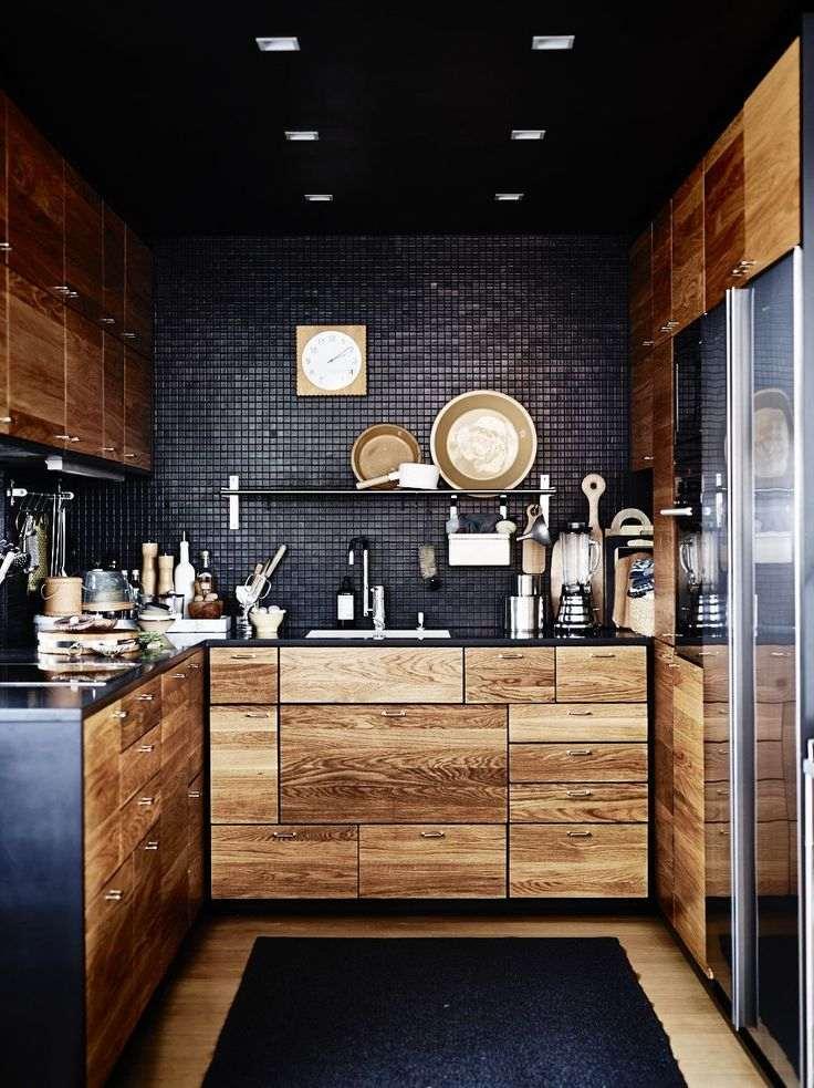 дизайн черной кухни фото интерьер деревянные фасады стены черная мозаика