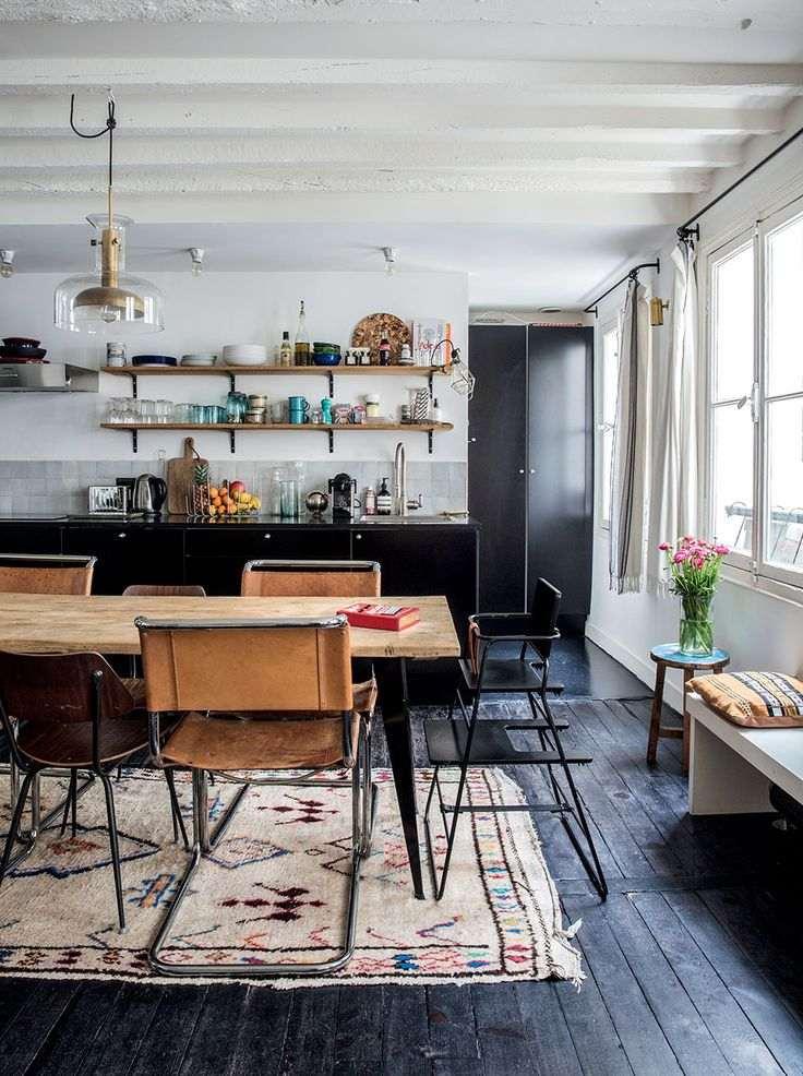 дизайн черной кухни фото интерьер деревянный стол