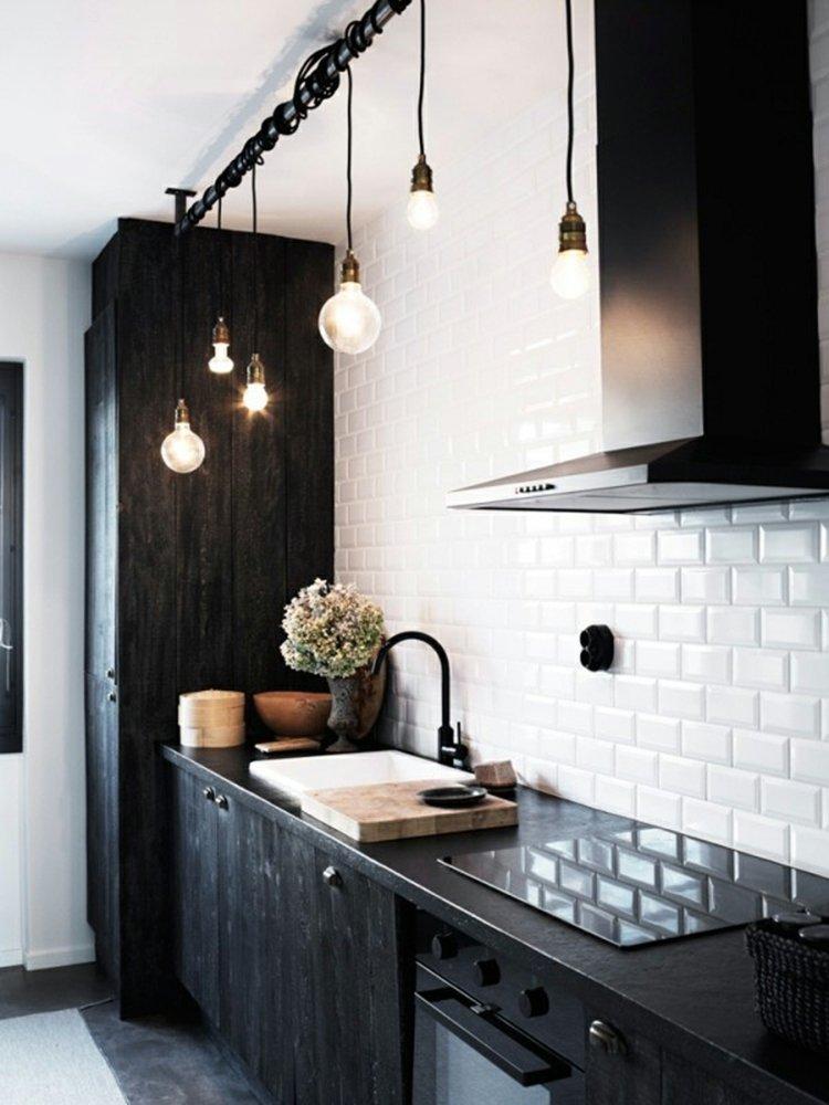 дизайн черной кухни фото интерьер фартук белая кафельная плитка
