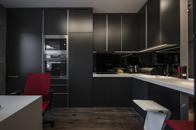 дизайн черной кухни фото интерьер матовая поверхность серая столешница