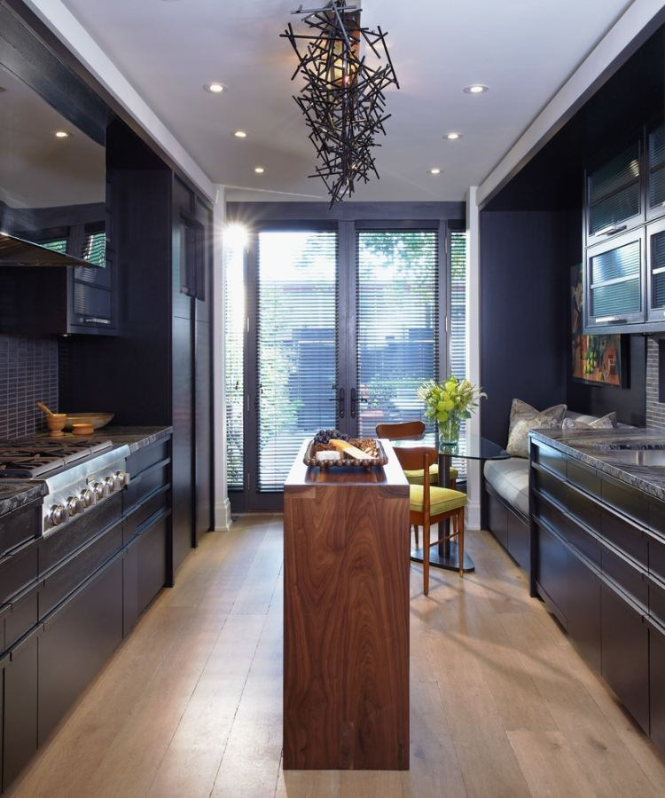 дизайн черной кухни фото интерьер мраморная столешница паркетный пол стеклянный стол