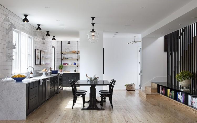 дизайн черной кухни фото интерьер с мраморной столешницей деревянный пол