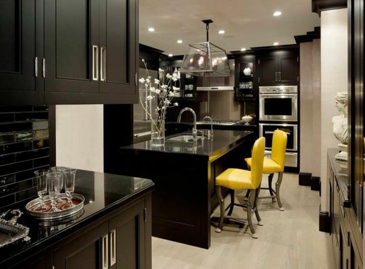 дизайн черной кухни фото интерьер желтые стулья