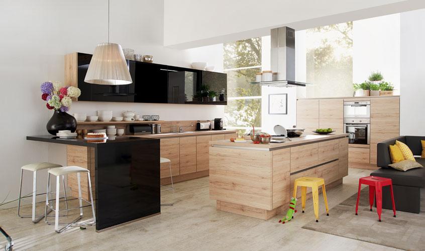 дизайн черной с деревом кухни фото интерьер