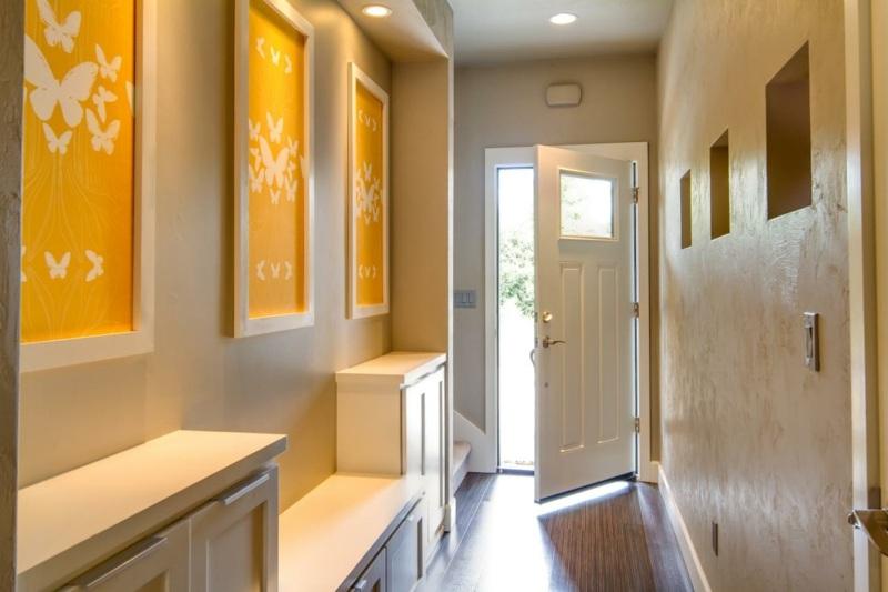 идеи дизайна коридора фото бежевые стены оранжевые картины