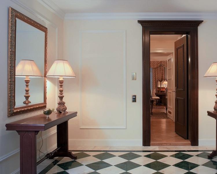 идеи дизайна коридора фото классический стиль консоль деревянная лампа