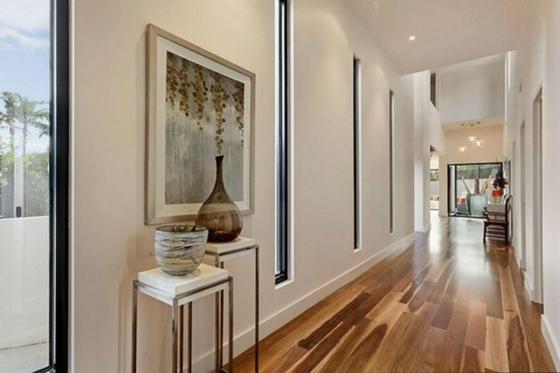идеи дизайна коридора фото кремовые стены крашеные деревянный пол вазы декорации