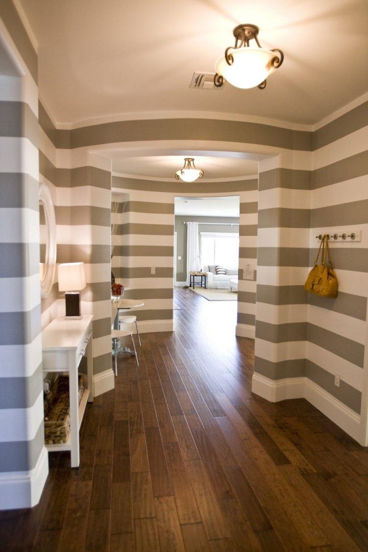 идеи дизайна коридора фото обои горизонтальные полоски серо-белые