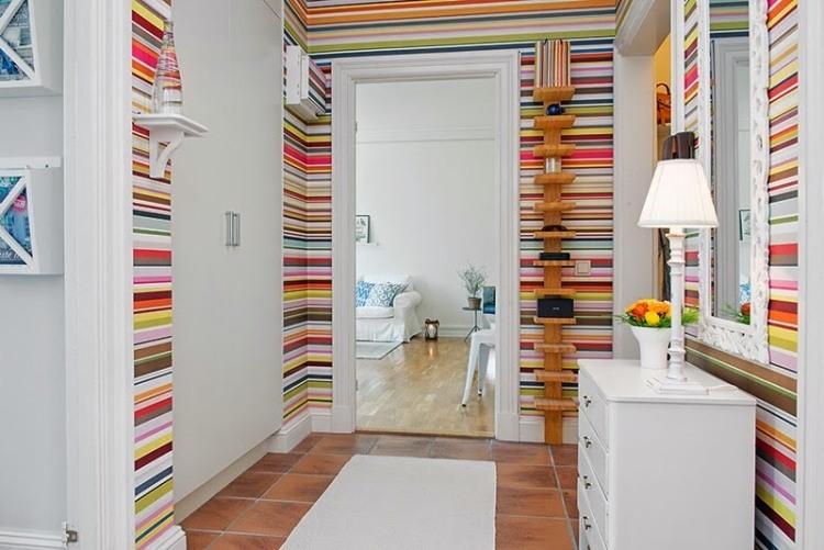 идеи дизайна коридора фото обои в яркую полоску